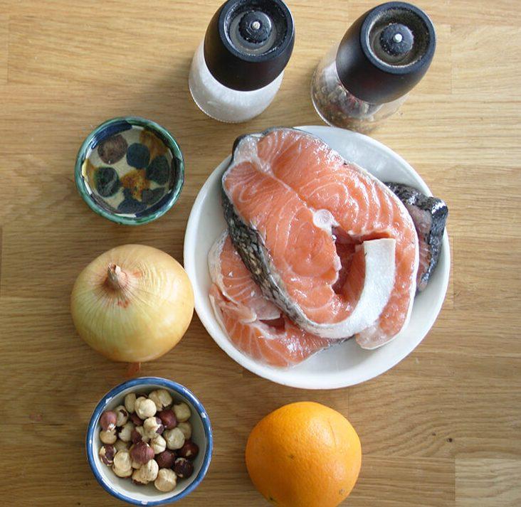 ingredientes para cocinar salmón con avellanas y naranja